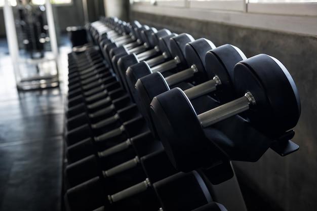 Haltere de aço definido no ginásio de fitness