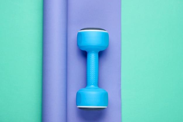 Haltere de plástico azul em papel embrulhado