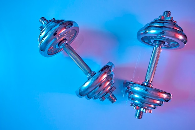 Haltere no chão tiro de estúdio de iluminação azul e rosa