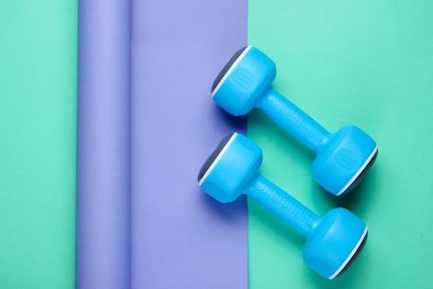 Halteres de plástico azul em papel embrulhado
