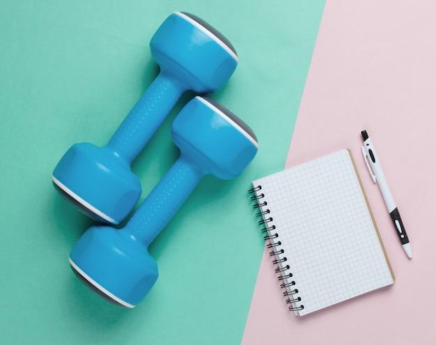 Halteres de plástico como conceito de fitness isolado