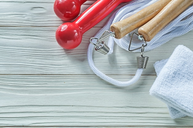 Halteres de pular corda sweatbands no conceito de aptidão de placa de madeira