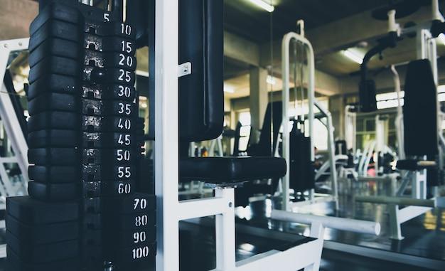 Halteres em muitos tamanhos, pesos definido para exercitar-se no centro de fitness, exercício, saúde, close-up.