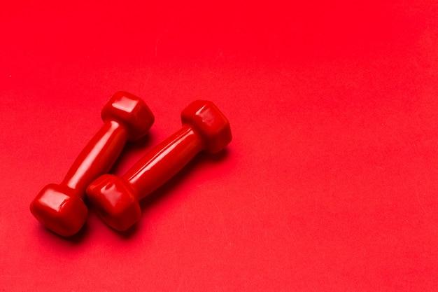 Halteres em um fundo vermelho