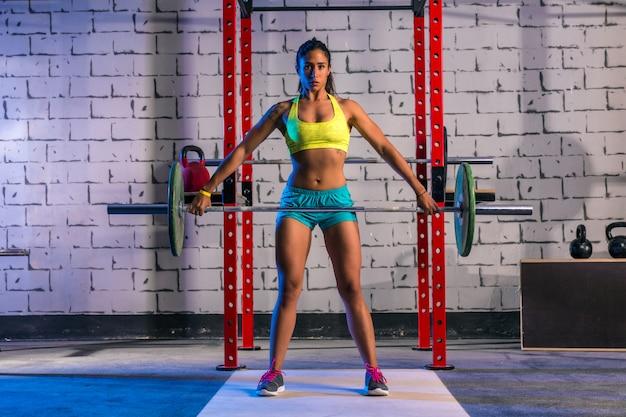 Halterofilismo mulher levantamento de peso no ginásio