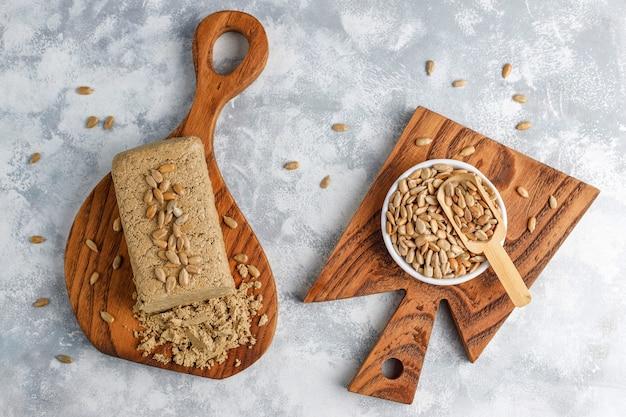 Halva de girassol caseiro na tábua com sementes de girassol