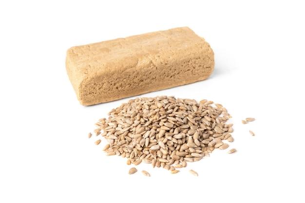 Halva de girassol e sementes isoladas.