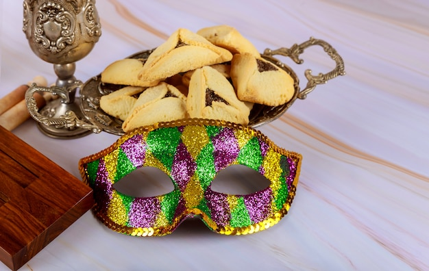 Hamans orelhas cookies noisemaker e máscara para purim celebração feriado judaico carnaval e vinho kosher
