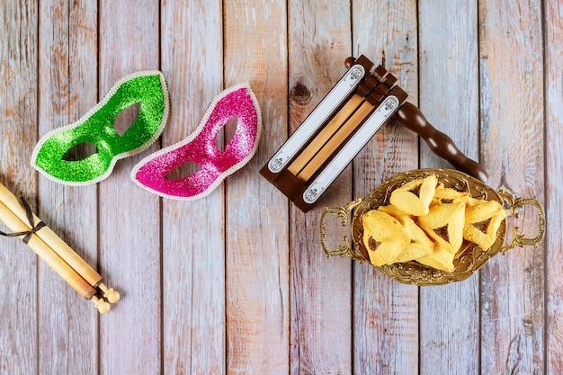 Hamans orelhas cookies noisemaker e máscara para purim celebração feriado judaico de carnaval