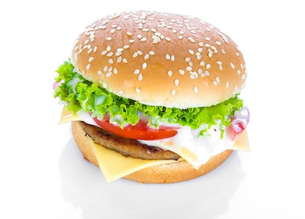 Hamburger com queijo, alface e tomates
