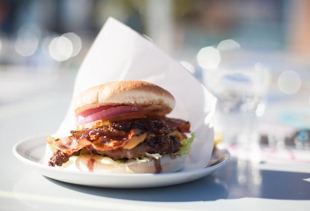 Hamburger em uma placa Foto gratuita