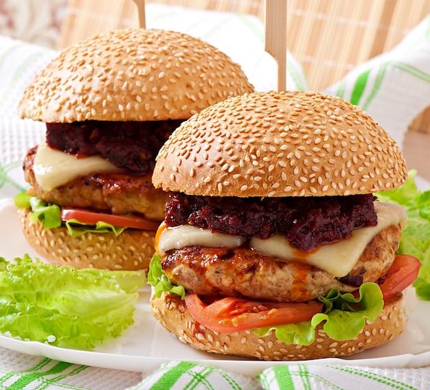 Hambúrguer americano com frango e bacon, molho barbecue caseiro