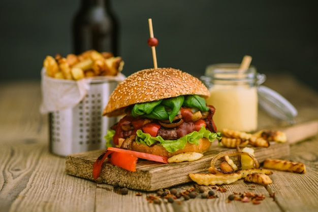 Hambúrguer americano e batatas francesas