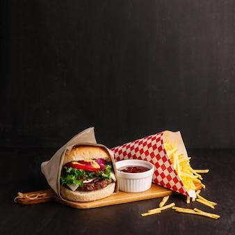 Hambúrguer ao lado de batatas fritas