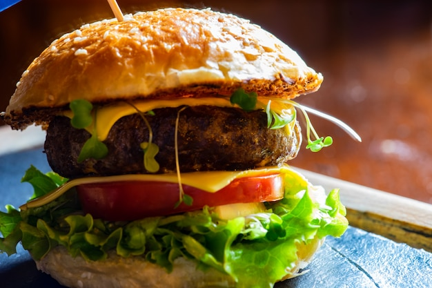 Hambúrguer britânico em fundo rústico