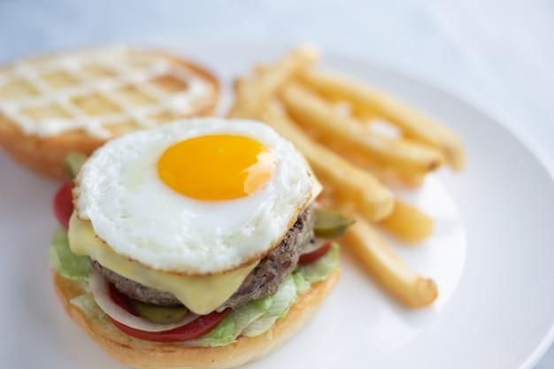 Hamburguer, carne, ovos com batatas