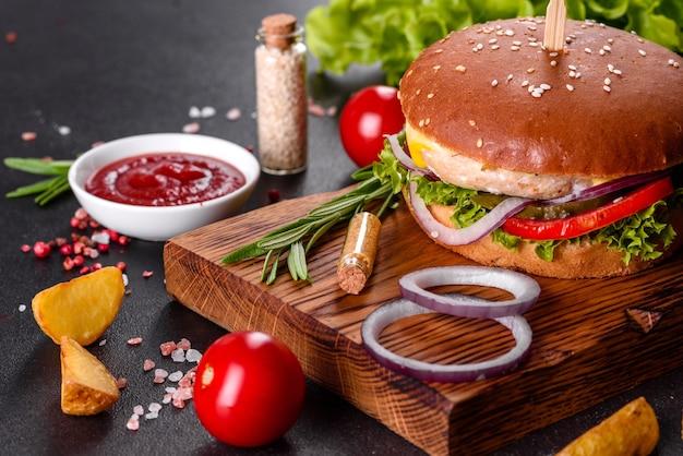 Hambúrguer caseiro com alface e queijo. close-up de saborosos hambúrgueres caseiros na mesa de madeira