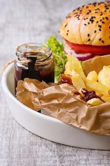 Hambúrguer caseiro com batatas fritas
