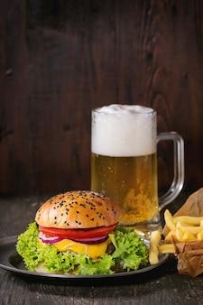Hambúrguer caseiro com cerveja e batatas