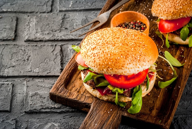 Hambúrguer caseiro de sanduíche de carne de bovino com legumes frescos