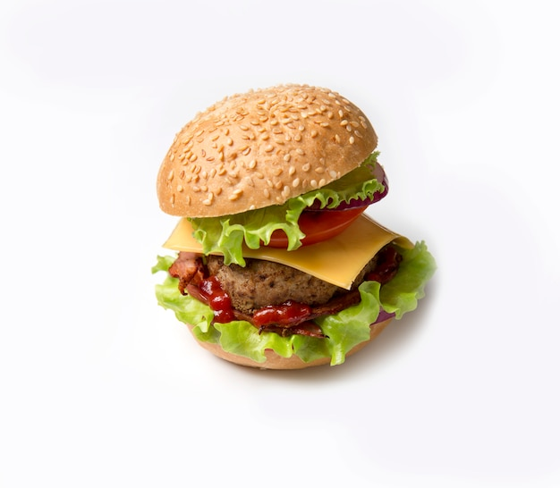 Hambúrguer caseiro em fundo branco. hambúrguer com sementes de gergelim e bacon, verduras e queijo.