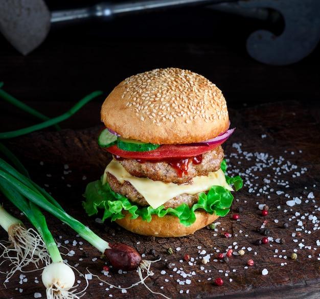 Hambúrguer caseiro fresco com alface, queijo, cebola e tomate