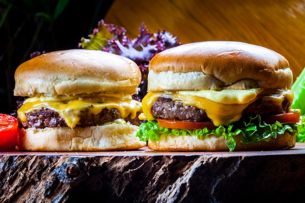 Hambúrguer caseiro gourmet com deliciosos ingredientes frescos