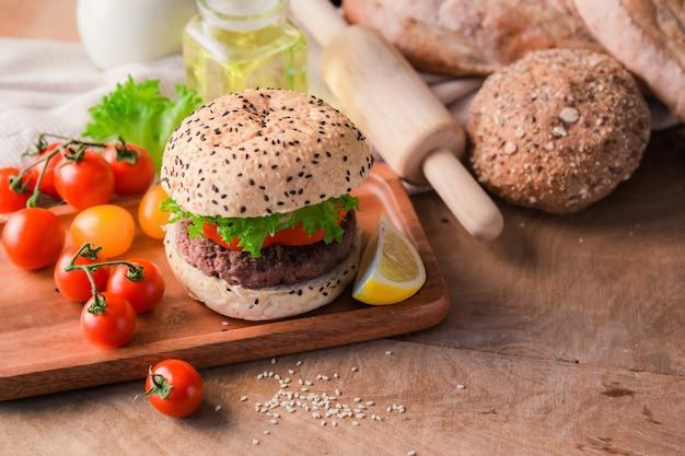 Hambúrguer caseiro na mesa de madeira.