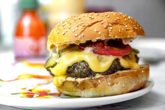 Hambúrguer caseiro no prato