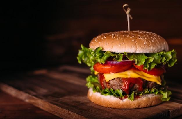 Hambúrguer caseiro saboroso com alface e queijo