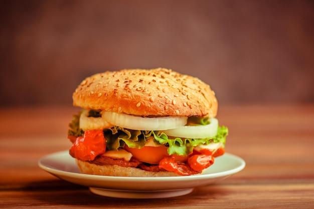 Hambúrguer caseiro saboroso fresco na placa de madeira. hamburguer fresco delicioso