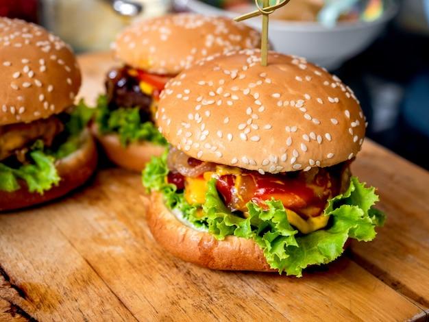 Hambúrguer caseiro saboroso pronto para comer.