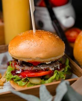 Hambúrguer clássico com pão de gergelim