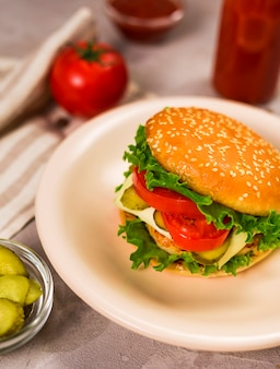Hambúrguer clássico de close-up pronto para ser servido