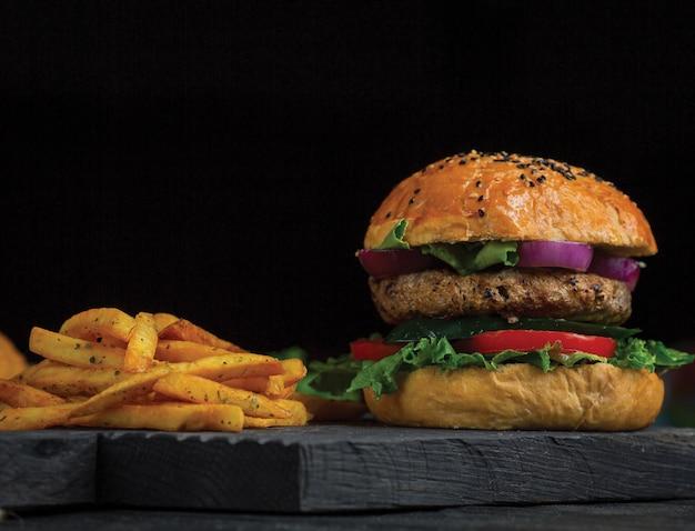 Hambúrguer com batatas com ervas e especiarias.