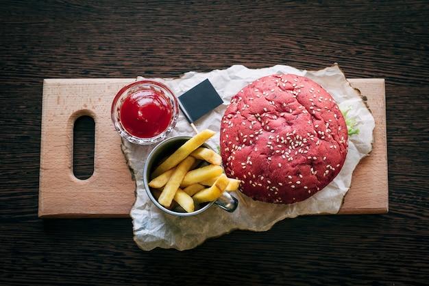 Hambúrguer com batatas fritas e ketchup