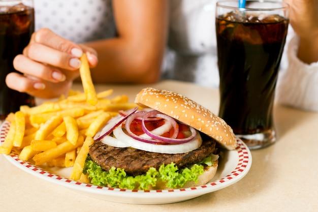 Hambúrguer com batatas fritas e refrigerante