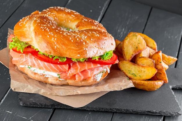 Hambúrguer com batatas fritas em um prato de ardósia