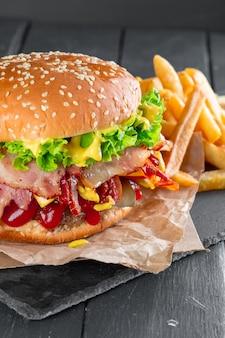 Hambúrguer com batatas fritas em uma placa de ardósia