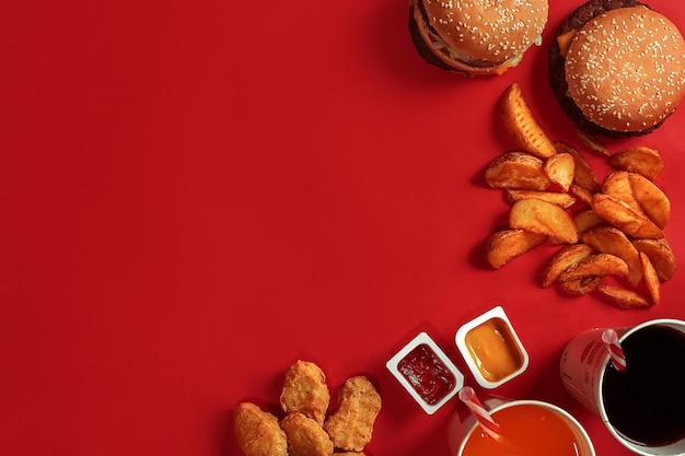 Hambúrguer com batatas fritas hambúrguer e batatas fritas em caixa de papel vermelha fast food sobre fundo vermelho