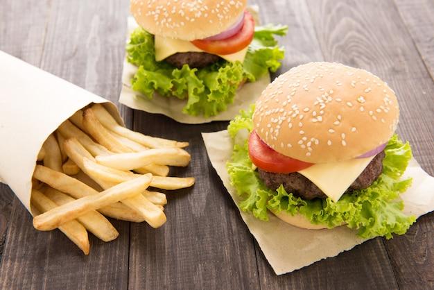 Hambúrguer com batatas fritas na mesa de madeira