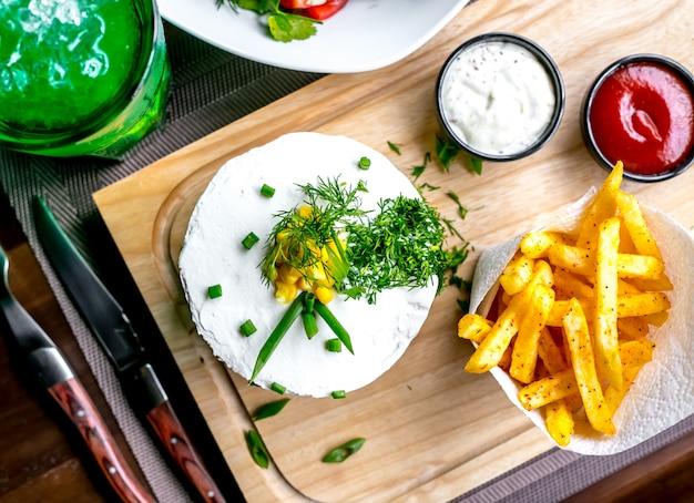 Hambúrguer com batatas fritas vista superior