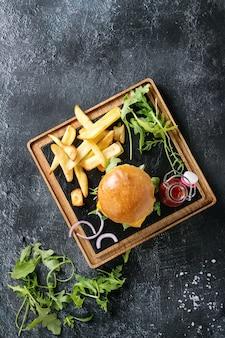 Hambúrguer com batatas fritas