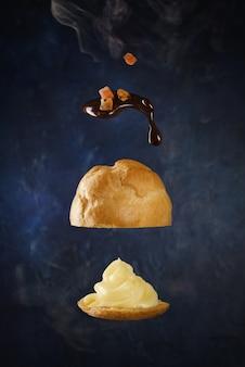 Hambúrguer com calda marrom na superfície preta