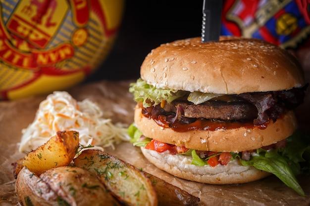 Hambúrguer com carne e legumes