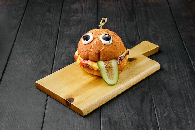 Hambúrguer com carne para crianças em tábua de madeira