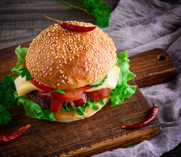 Hambúrguer com carne, queijo e legumes