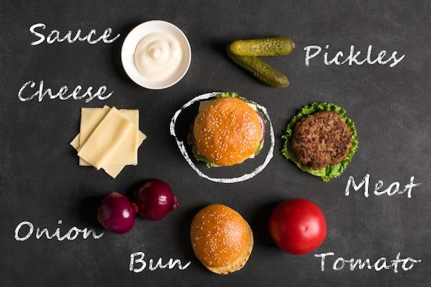 Hambúrguer com costeleta de carne. inscrição de ingredientes