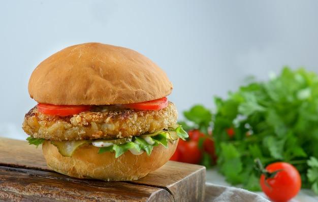 Hambúrguer com costeleta de frango e tomate