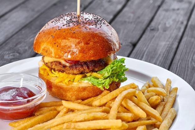 Hambúrguer com costeleta de frango, queijo, batata frita, tomate, salada, molho e ketchup